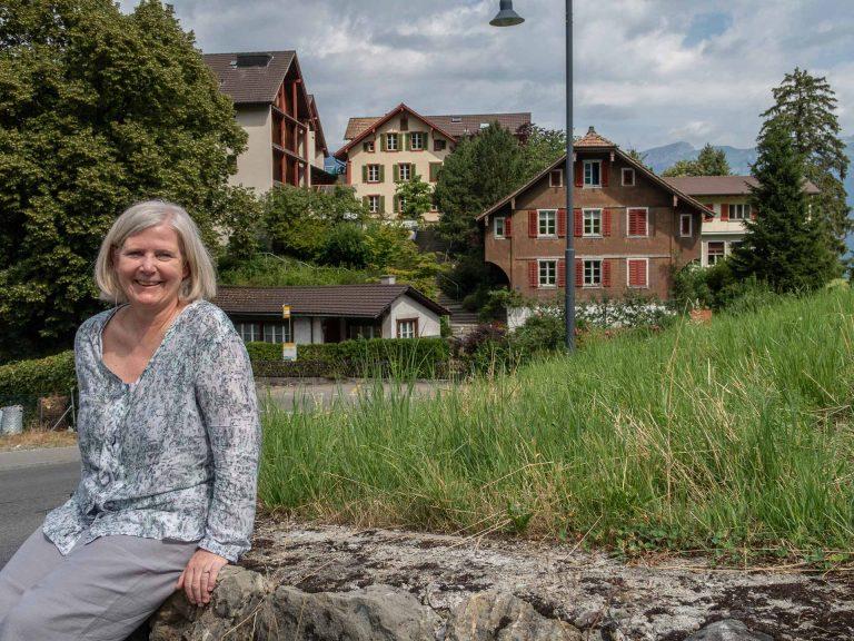 «Dieser Ort hat eine Botschaft»: Ursula Bründler Stadler vor der Liegenschaft des Zentrums Ranft im Flüeli. | © 2018 Dominik Thali