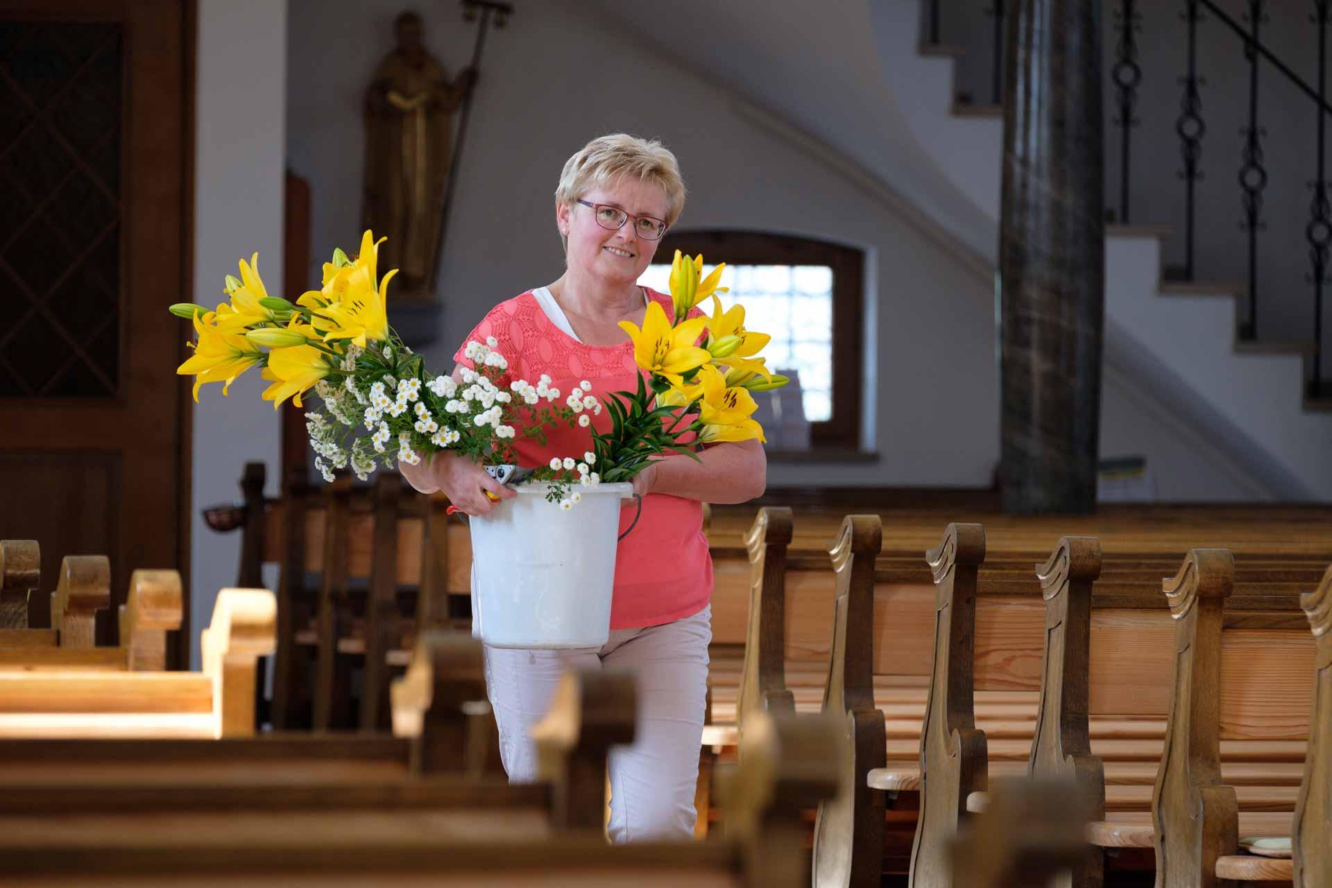 Die Kirche mit Blumen zu schmücken ist eine ihrer vielen Aufgaben: Die Hellbühler Sakristanin Margrit Riedweg. | © 2018 Marcel Schmid