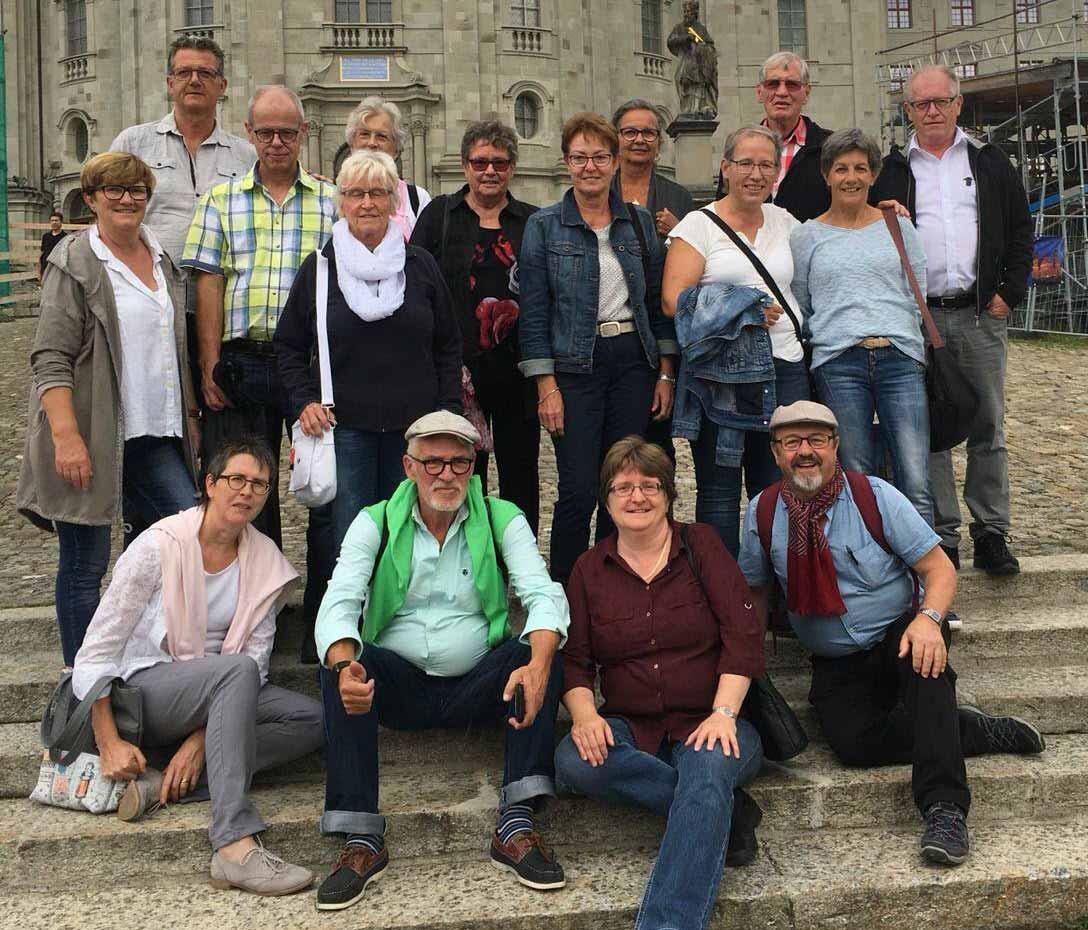 Einen stärkenden Tag erlebt: die Teilnehmerinnen und Teilnehmer des Bettagsausflugs der Gehörlosenseelsorge vor dem Kloster Einsiedeln. | 2018 pd