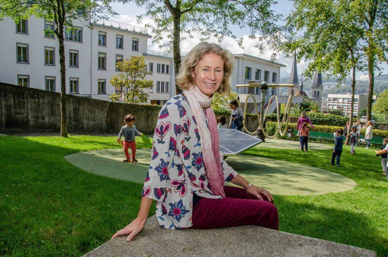 Kreativität  und Unvorhergesehenes müssen Platz haben in ihrem Alltag: die neue Synodalrätin Olivia Portmann auf dem Spielplatz im Park bei der Landeskirche in Luzern. | © 2018 Dominik Thali