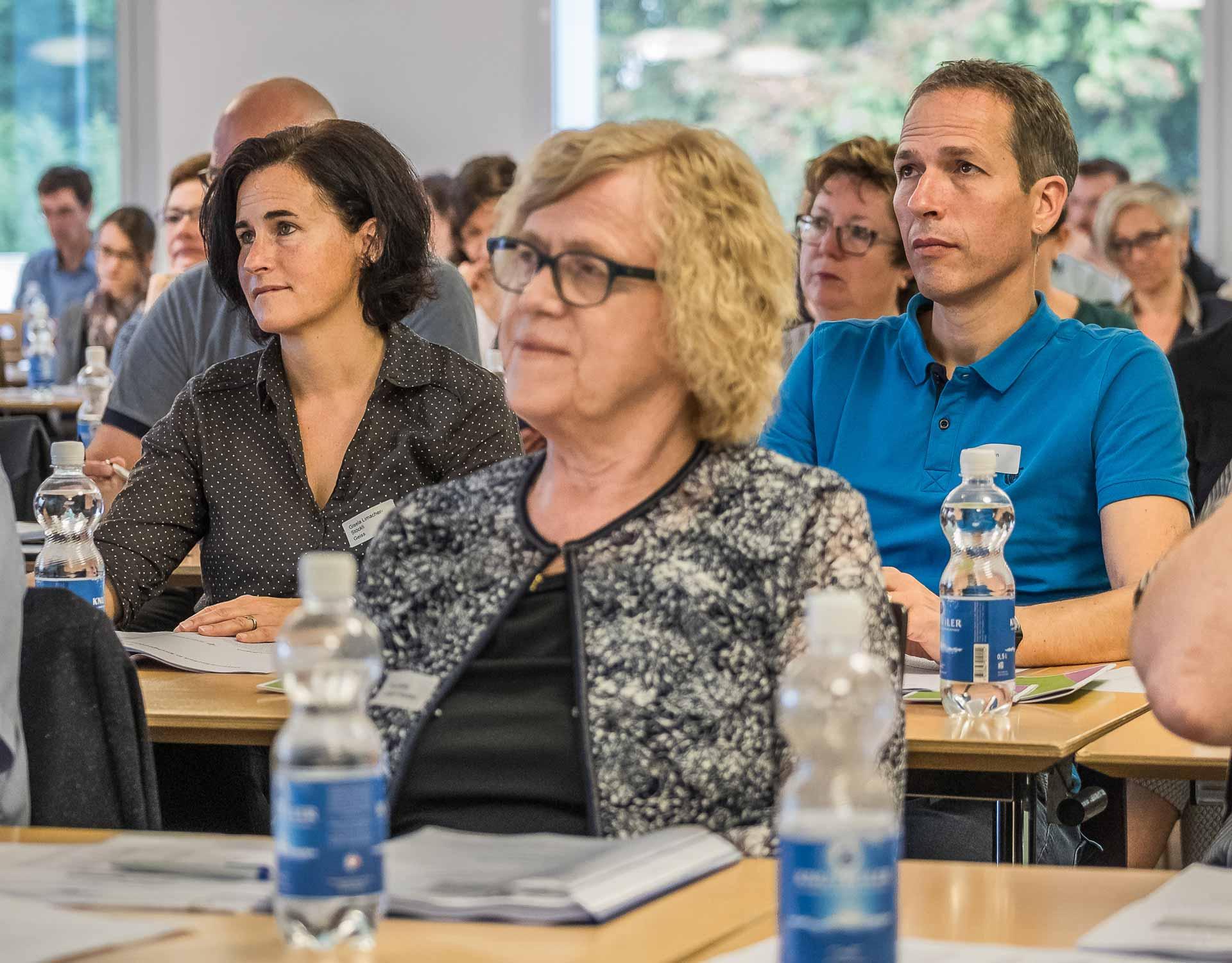 Gisela Limacher-Stöckli (links) und Hugo Christen am Einführungskurs für neue Kirchenratsmitglieder vom 15. September; vorne Trudi  Bättig. | © 2018 Roberto Conciatori
