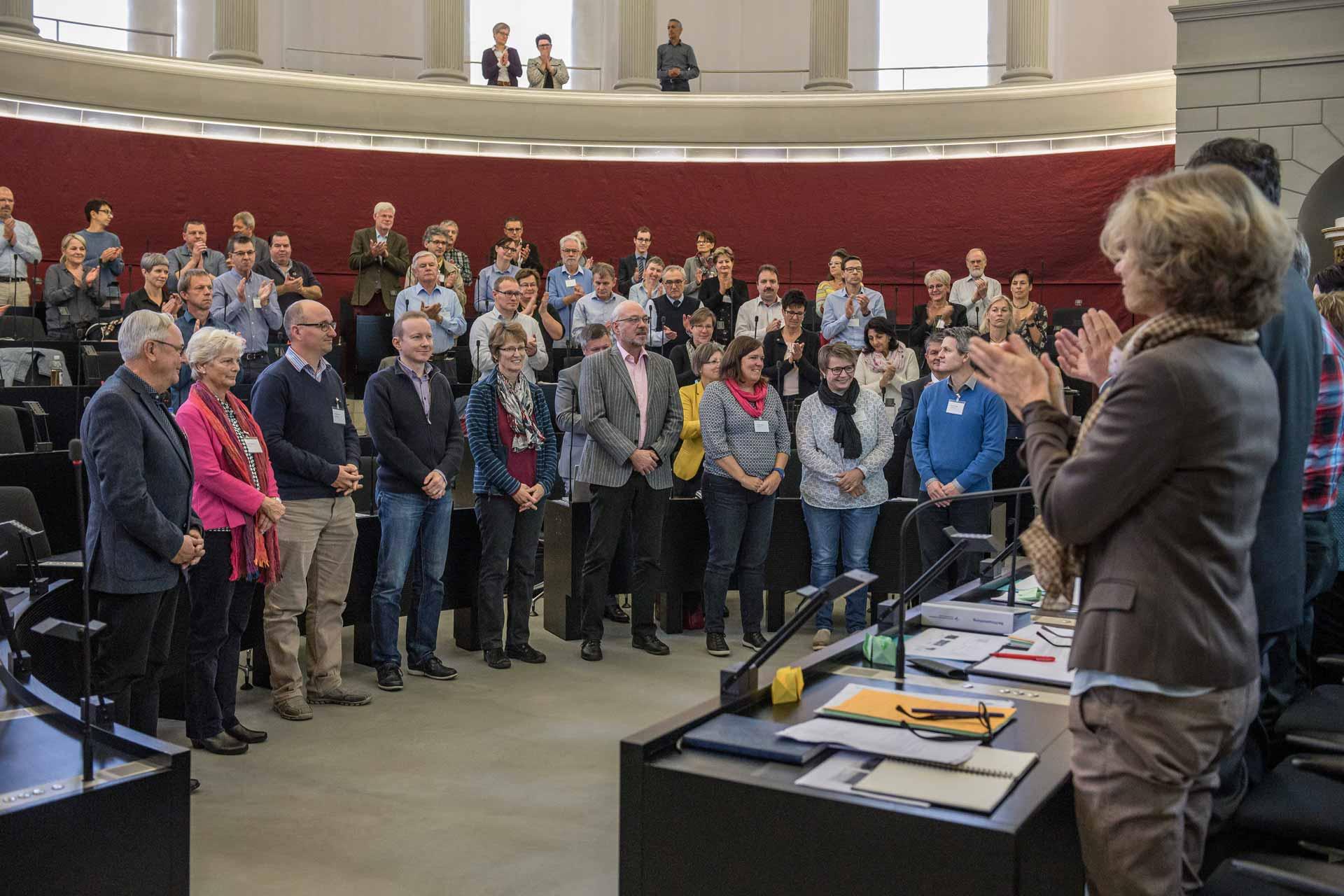 Willkommen in der Synode: Parlament und Synodalrat applaudieren den neuen Synodalen, die zu Beginn der Herbstsession vereidigt wurden. | © 2018  Roberto Conciatori