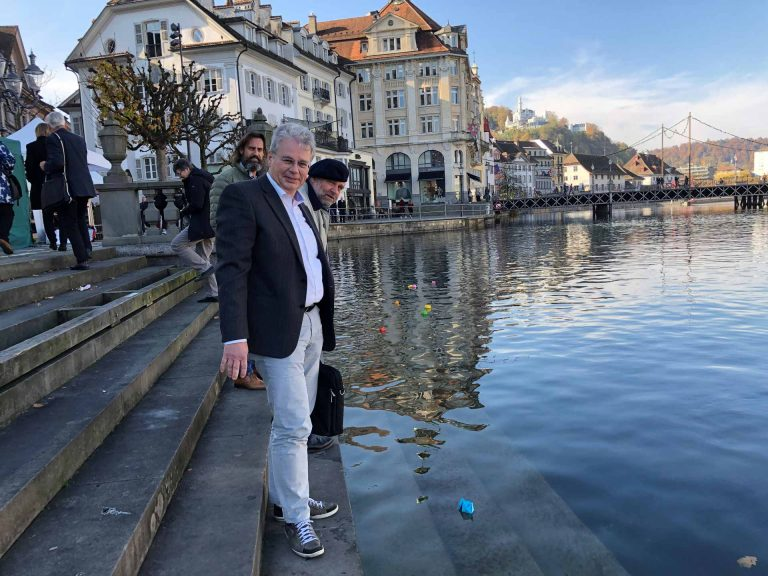 Mitglieder der Fraktion Luzern lassen die Papierschiffchen nach der Synode die Reuss hinunter schwimmen. | © 2018 Bruno Fluder