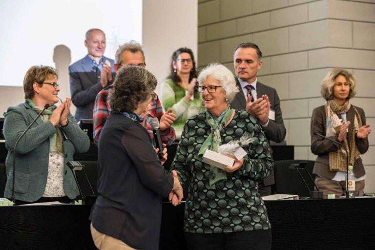 Sie hat in ihren 36 Jahren für die Landeskirche unzählige Synodeprotokolle verfasst: Synodepräsidentin Ursula Hüsler würdigte und dankte Romana Odoni, die im Dezember pensioniert wird. | © 2018 Roberto Conciatori