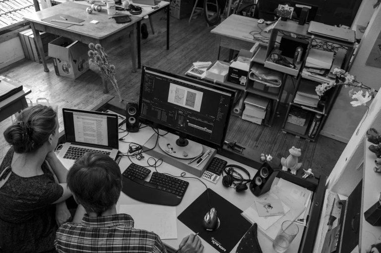 Filmproduktion – Text und Bilder werden am Arbeitsplatz aufeinander abgestimmt. | © 2018 Fleur Budry