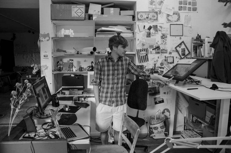 Am Arbeitsplatz – Nils Hedinger zeigt seine «Werkzeuge» für den Animationsfilm. | © 2018 Fleur Budry