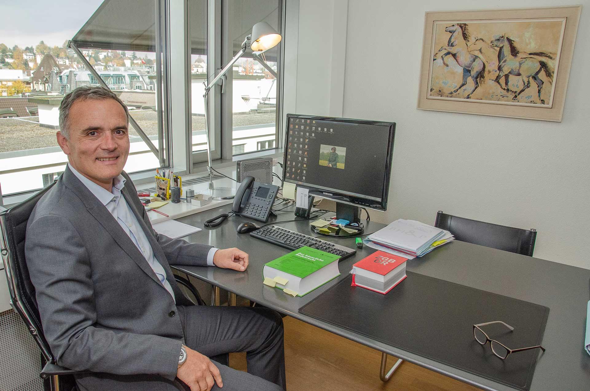Das Bild an der Wand weist auf seine Passion hin: Thomas Räber in seinem Büro in Luzern.   © 2018 Dominik Thali