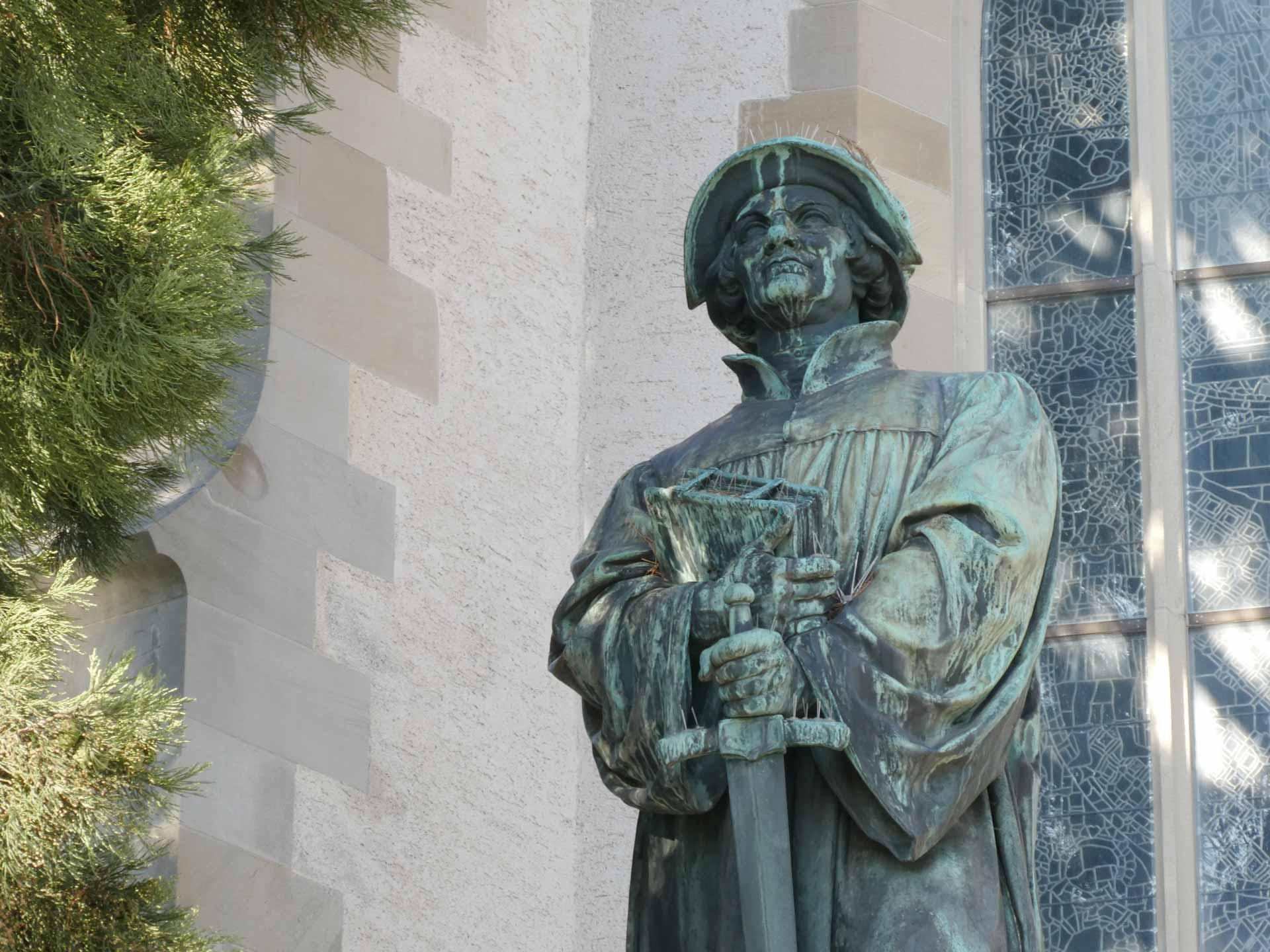 Gedenkstatue für den Pfarrer, Reformator und Soldat Ulrich Zwingli vor der Wasserkirche in Zürich. | © Andreas Wissmiller