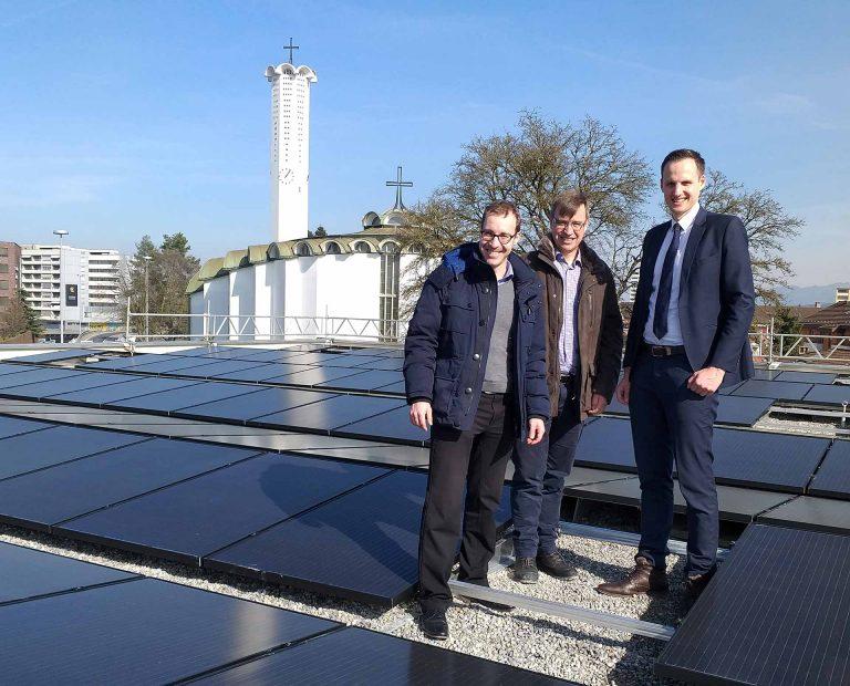 Auf dem Dach des Centro Papa Giovanni in Emmenbrücke mit der neuen Photovoltaik-Anlage (von links): Thomas Huber (Vizepräsident des Administrativrats), Hans-Peter Bucher (Geschäftsführer Migrantenseelsorge) und Cornelio F. Zgraggen, (Präsident des Administrativrats).Bild: pd