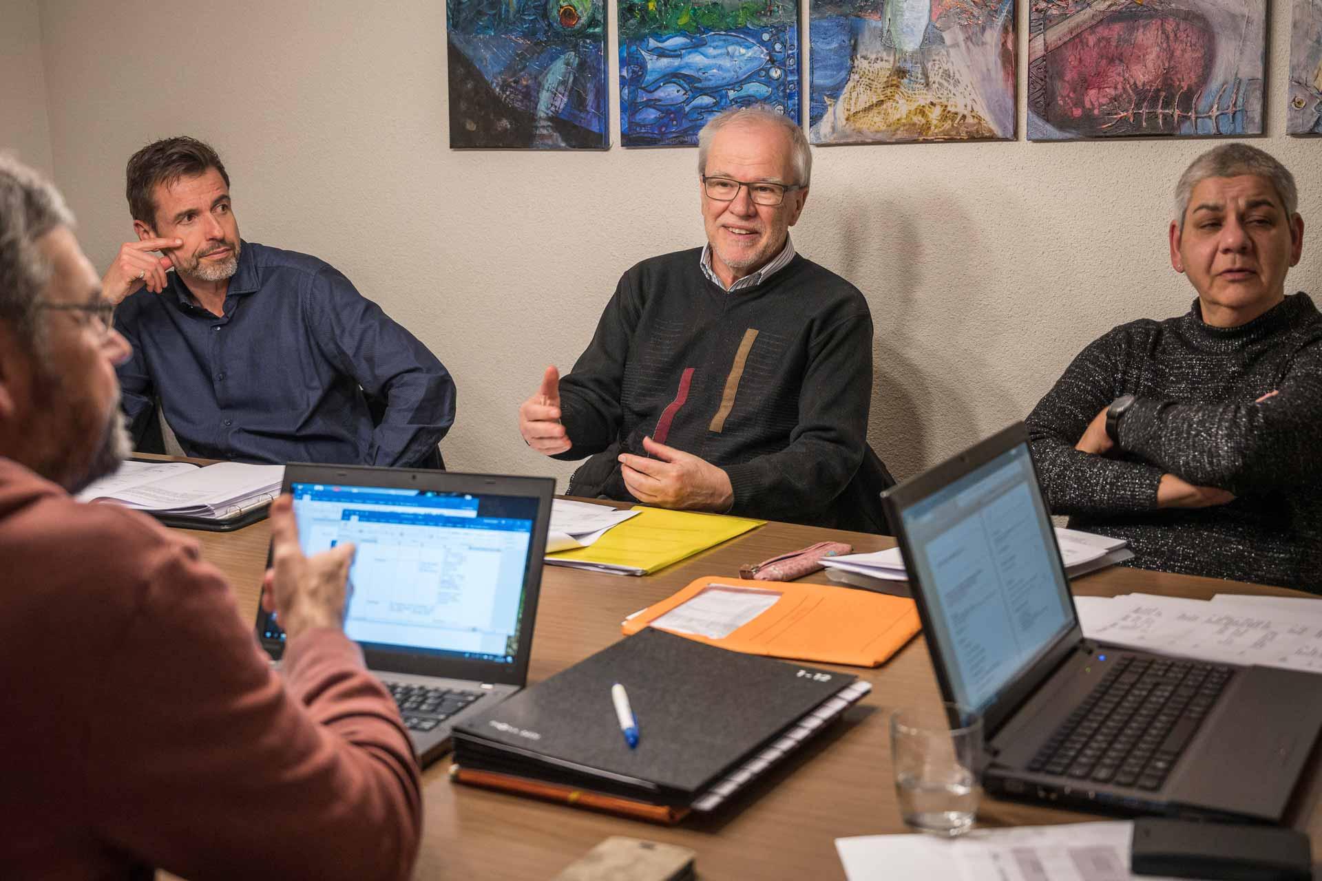Die Fragen rechtzeitig auf den Tisch bringen: Berater Heinz Wettstein (Mitte) an einer Projektsitzung für den Pastoralraum Oberseetal, der am 18. Mai errichtet wird. | © 2019  Roberto Conciatori