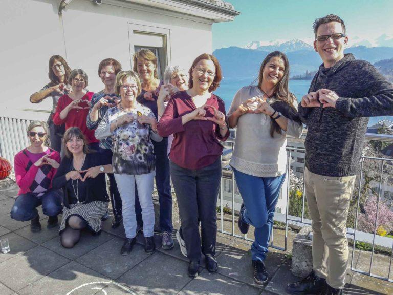 Gebärden machen Klänge und Rhythmus spürbar: Teilnehmerinnen und Teilnehmer des Workshops auf der Terrasse der Landeskirche am Abendweg 1 in Luzern. | © 2019 Bruno Hübscher
