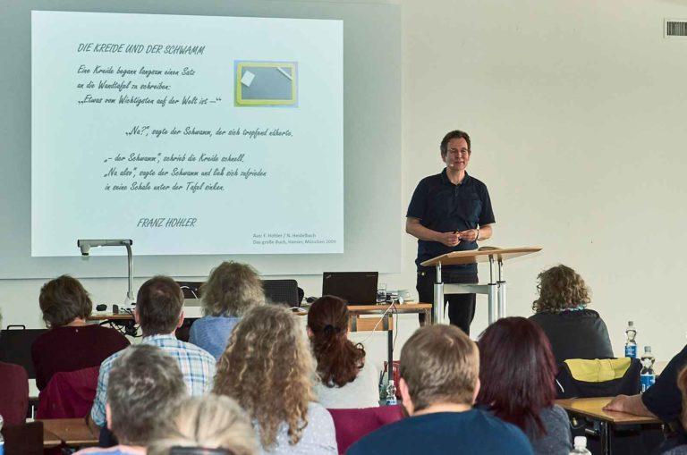 Rainer Oberthür spricht vor über 60 Religionslehrpersonen, Jugendarbeitende und katechetisch Tätigen. | © 2019 Mario Stankovic