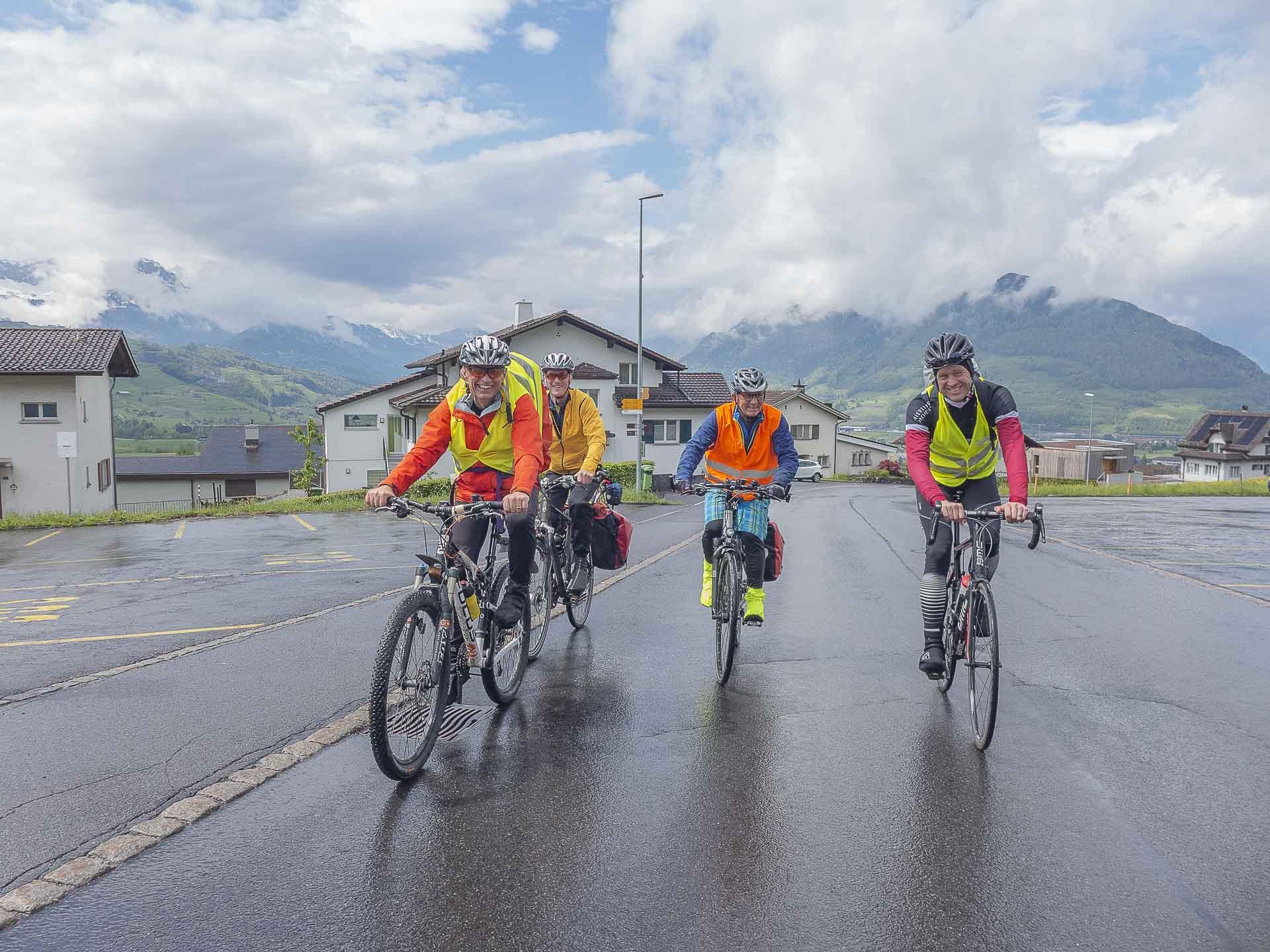 Vier Velowallfahrter am Fuss der Ibergeregg – fast 800 Höhenmeter haben sie hier noch vor sich. | © Dominik Thali
