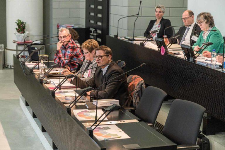 Bischof Felix Gmür neben Synodalratspräsidentin Annegreth Bienz-Geisseler und Vizepräsident Markus Müller. | © 2019 Roberto Conciatori