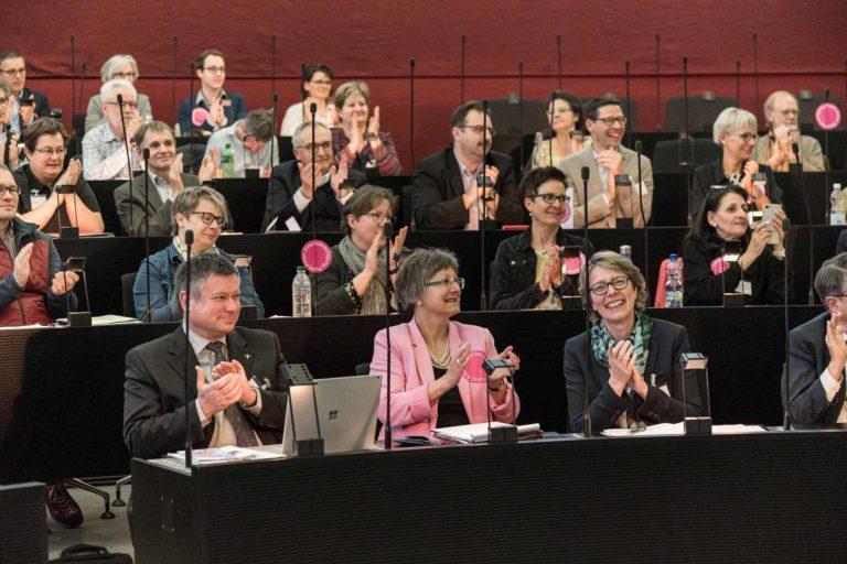 Applaus für den Bischof. In der vordersten Reihe: Bischofsvikar Hanspeter Wasmer, Synodalrätin Renata Asal-Steger, Synodalrätin Brigitte Glur-Schüpfer. | © 2019 Roberto Conciatori