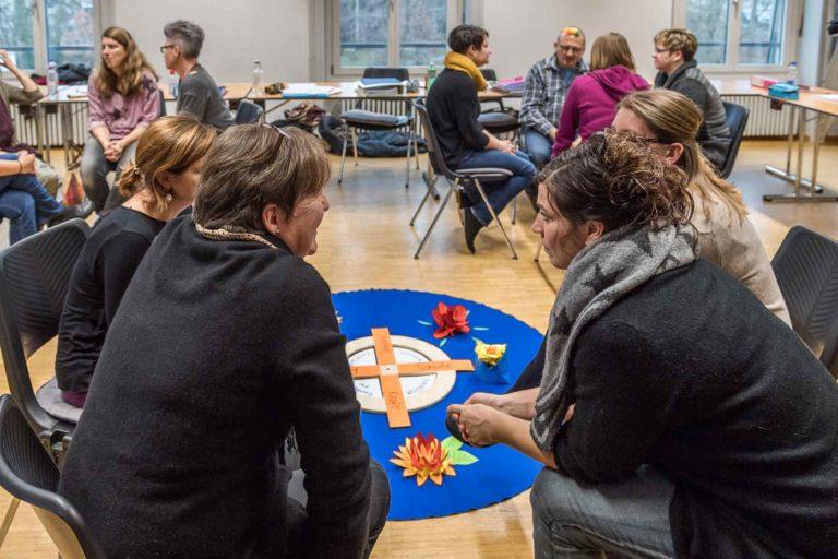 Nach der Sommerpause 2020 mit dem Bildungsgang Katechese starten, jetzt schon sich die Grundlagen erarbeiten: Austausch an einem der Modulabende. |  © Roberto Conciatori