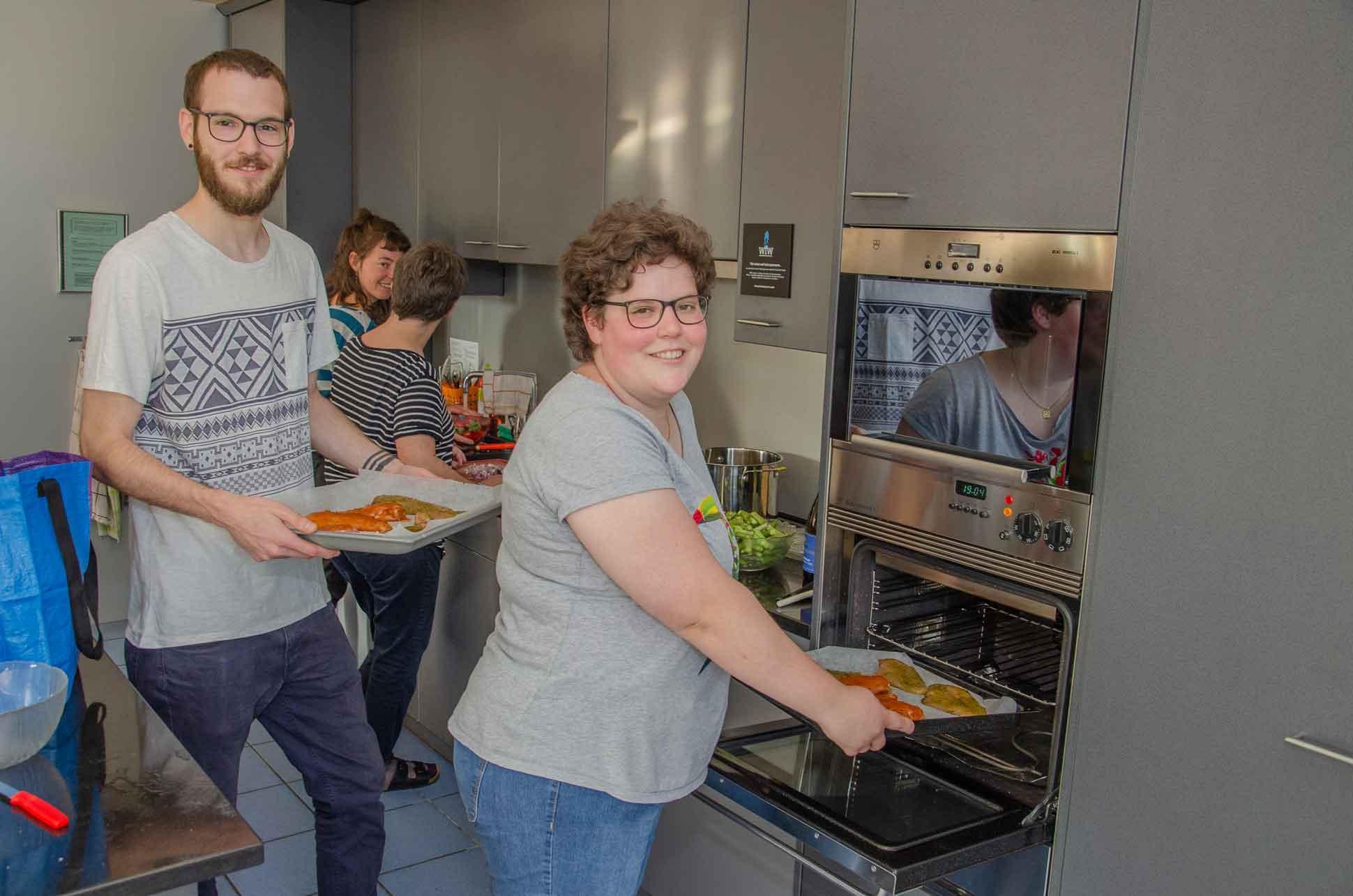 Ab in den Ofen mit den Pouletbrüstchen: Vanessa und Erich Betschart am Frühlings-Kochabend von «Mein Weg». | © 2019, Dominik Thali