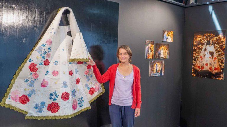 Blumengarten auf weissem Grund: Verena Zwimpfer und ihr Kleid für die Einsiedler Madonna. | © 2018 Dominik Thali