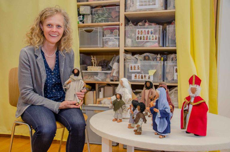 Claudia Oeschger in ihrem Atelier in Steinhausen. Die Figuren auf dem Tisch hat sie für die «Kirchlichen Medien» gestaltet. Sie können dort künftig über das Pädagogische Medienzentrum Luzern ausgeliehen werden. | © 2019 Dominik Thali