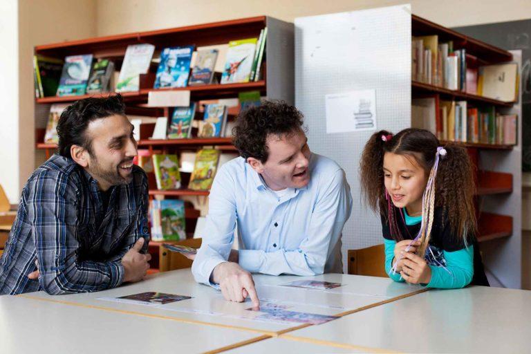 Ein Copilot im Gespräch mit Vater und Tochter (Symbolbild)   © Caritas Luzern