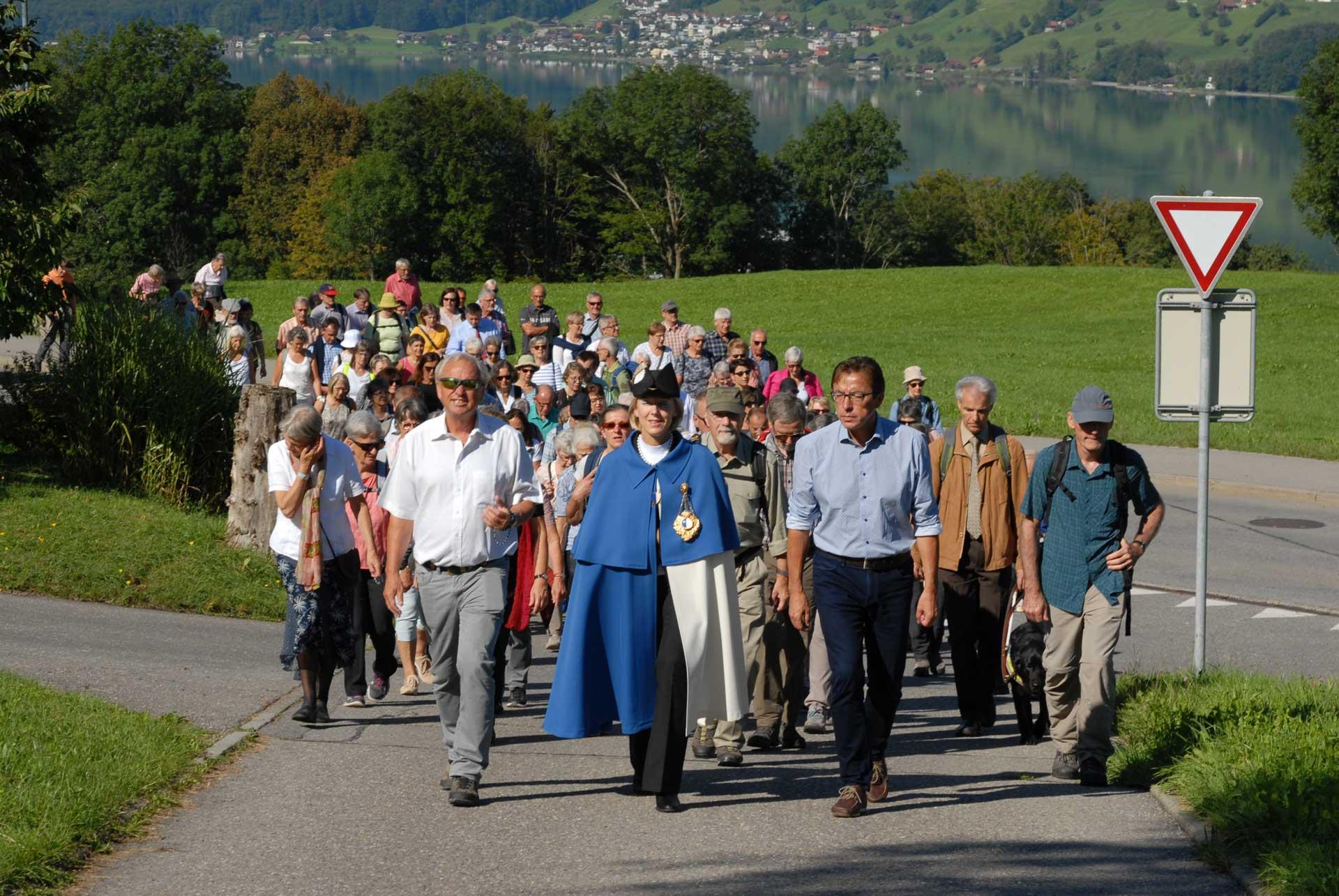 Unterwegs bei strahlendem Wetter – Die Pilgerinnen und Pilger folgen der Delegation der Luzerner Regierung mit der Standesweibelin von Sachseln nach Flühli.   © 2019 Tatjana Troxler