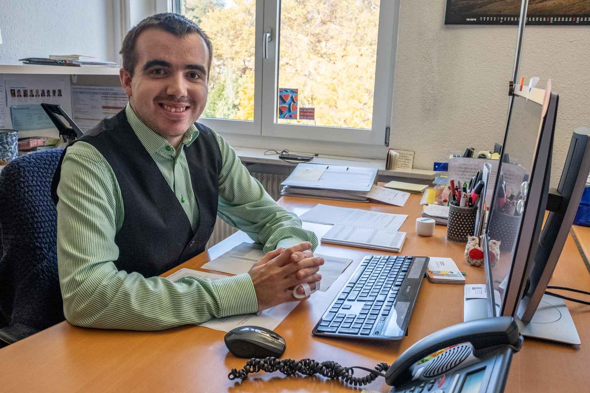 Oliver Leo bei der Arbeit im Sekretariat der Fachbereiche. | © 2019 Dominik Thali
