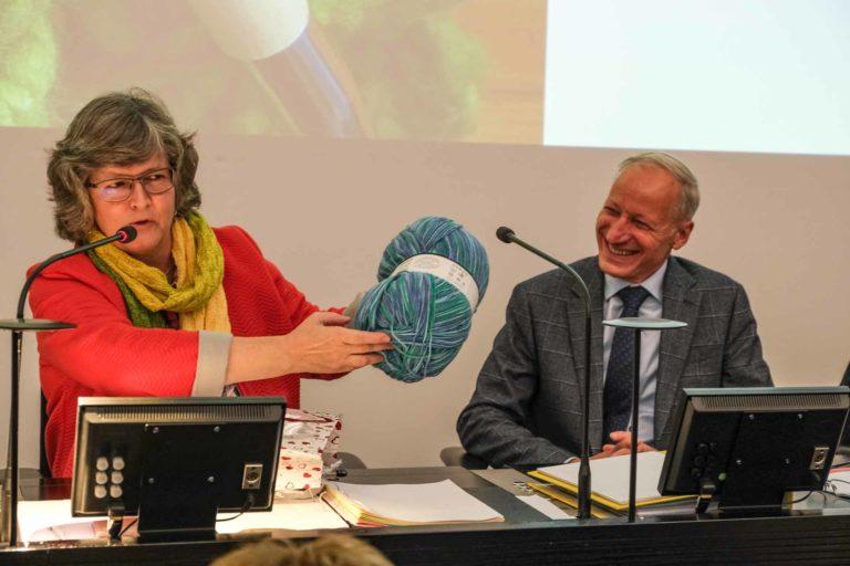Die scheidende Synodepräsidentin Ursula Hüsler-Lichtsteiner reicht ihre «Chele-Lesmete» ihrem Nachfolger Martin Barmettler weiter. | © 2019 Dominik Thali
