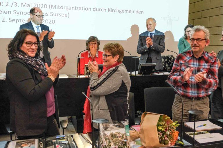 Stehender Applaus für die scheidende Synodepräsidentin Ursula Hüsler-Lichtsteiner.  | © 2019 Dominik Thali