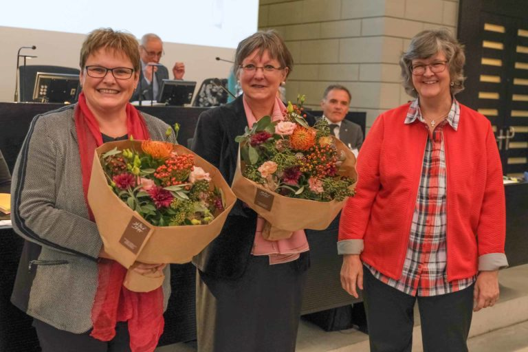 Blumen für das neue Leitungsduo des Synodalrats mit Vizepräsidentin Annegreth Bienz-Geissler und Präsidentin Renata Asal-Steger; rechts Synodepräsidentin Ursula Hüsler-Lichtsteiner. | © 2019 Dominik Thali