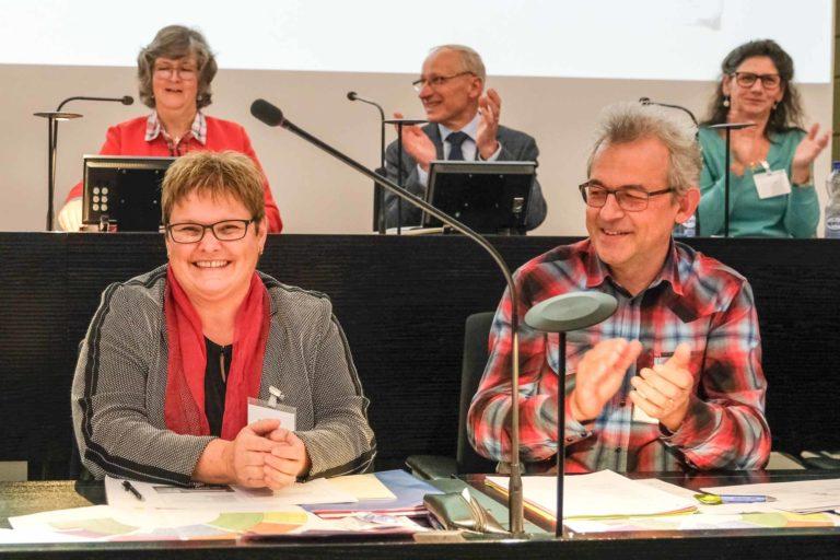Die neue Vizepräsidentin des Synodalrats, Annegreth Bienz-Geisseler, strahlt; neben ihr Synodalrat Markus Müller. | © 2019 Dominik Thali