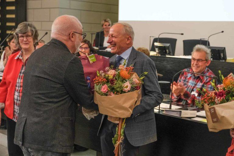 Der Brändi-Kollege und Surseer Kirchenrat Carlo Piani gratuliert dem neuen Synodepräsidenten Martin Barmettler. | © 2019 Dominik Thali