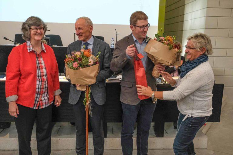 Blumen für die neue Synodenspitze mit Martin Barmettler und Benjamin Wigger; links die scheidende Präsidentin Ursula Hüsler, rechts Blanca Blaser.  | © 2019 Dominik Thali