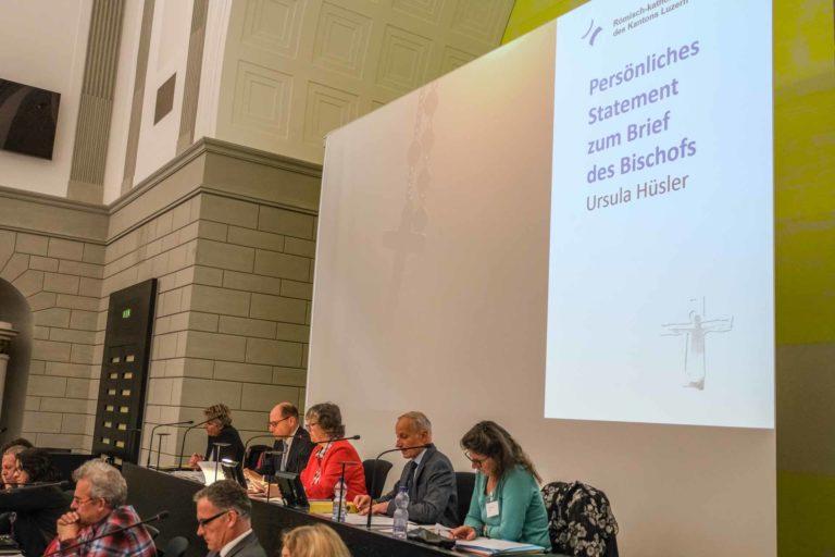 Die scheidende Synodepräsidentin Ursula Hüsler bei ihrem Statement. | © 2019 Dominik Thali