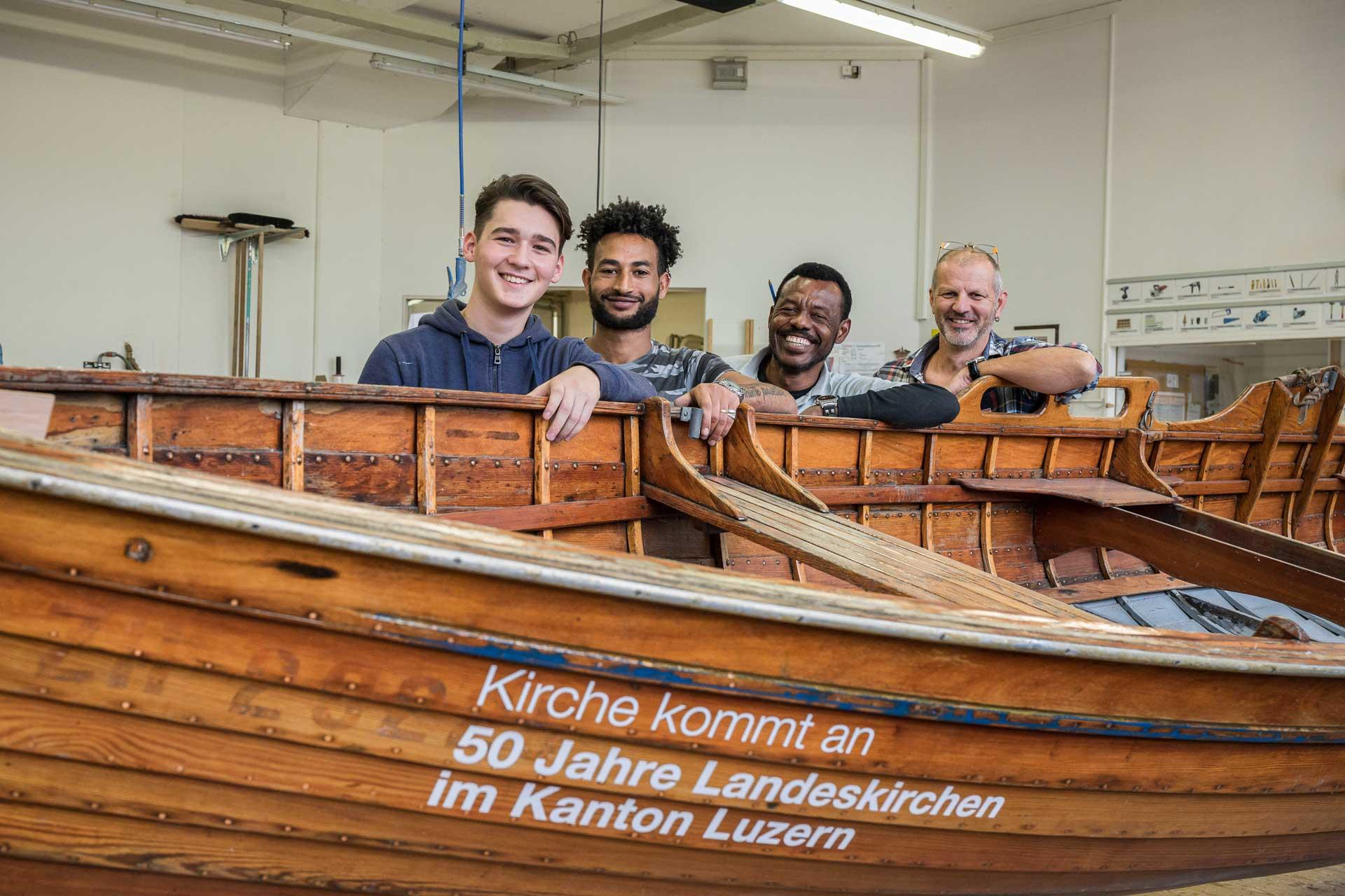 Im September wurde das Jubiläums-Boot am Bodensee abgeholt, im Oktober in der Caritas-Werkstatt in Littau instandgestellt. Daran beteiligt waren (von rechts) Schreinerei-Leiter Renato Stiz und die Mitarbeitenden Mahamed Ali Nur, Haile Tesfamatiam und Nemanja Sladojevic.