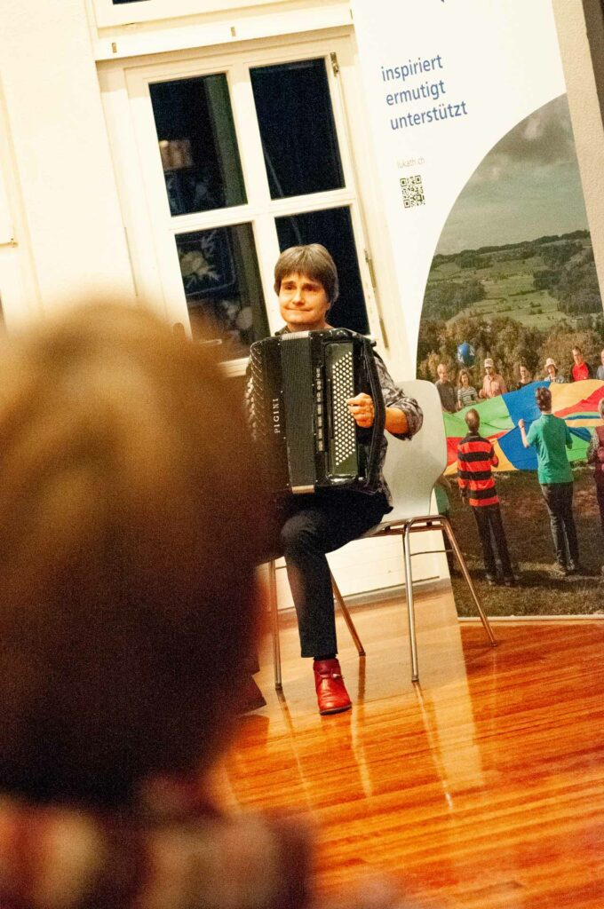 Musikerin Esther Kaufmann begleitete den Themenabend am Akkordeon. | © 2020 Thomas Stucki