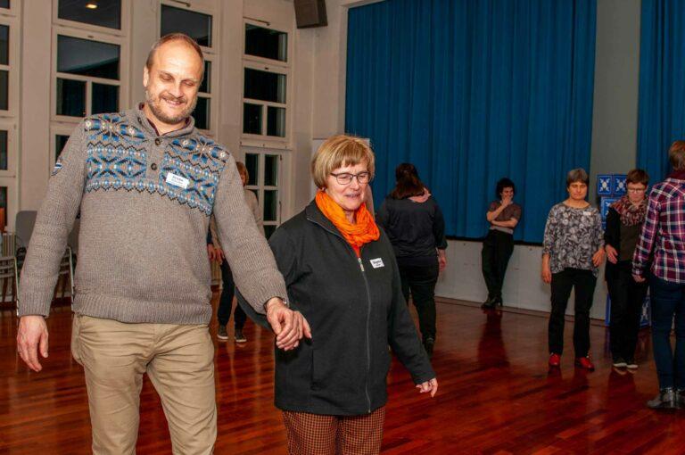 Behindertenseelsorger Bruno Hübscher mit Brigitte Eicher von der Pfarrei Reussbühl im Atelier von Maria und Anna Gallati, Theaterpädagoginnen.  | © 2020 Thomas Stucki