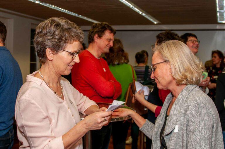 Fachbereichssekretärin Heidi Graber (links) mit Sylvia Buob, Katechetin in Ruswil, beim Schnipp-Schnapp-Spiel, das den Themenabend eröffnete. | © 2020 Thomas Stucki