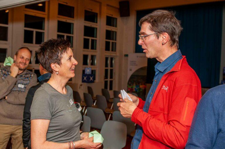Astrid Schwarzentruber, Präsidentin der Kirchgemeinde Grosswangen, mit Dominik Thali, Leiter des Fachbereichs Kommunikation, beim Schnipp-Schnapp-Spiel, das den Themenabend eröffnete. | © 2020 Thomas Stucki