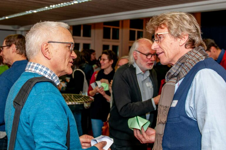 Eligius Emmenegger, Präsident der Kirchgemeinde Reussbühl, im Gespräch mit Rony Bieri, Geschäftsführer des Entlebucher Medienhauses, einer der Gäste am Themenbabend. | © 2020 Thomas Stucki