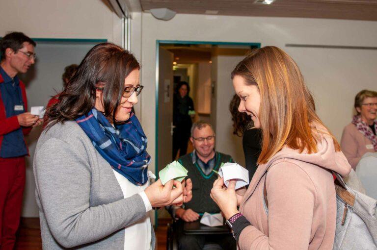 Synodalrätin Sandra Huber (links) mit Franzisca Ebener, Seelsorgeratspräsidentin, beim Schnipp-Schnapp-Spiel, das den Themenabend eröffnete. | © 2020 Thomas Stucki