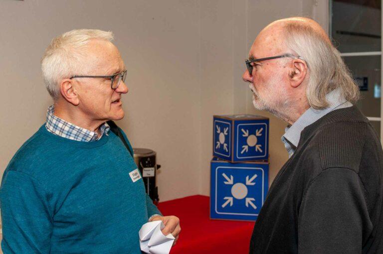 Eligius Emmenegger, Kirchgemeindepräsident von Reussbühl (links) im Gespräch mit dem ehemaligen Gassenseelsorger Sepp Riedener, einem der Gäste des Themenabends. | © 2020 Thomas Stucki