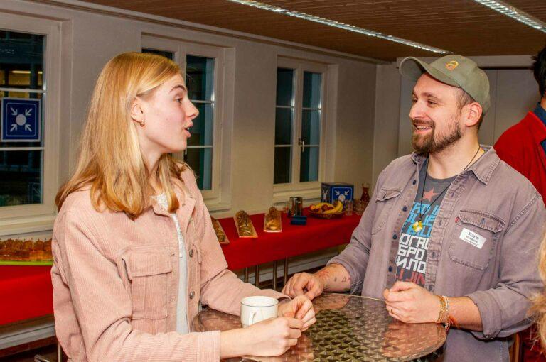 Mario Stankovic, Fachverantwortlicher Jugendpastoral, mit Lisa Müller (Sursee), die als Slam-Poetin den Themenabend abschloss. | © 2020 Thomas Stucki