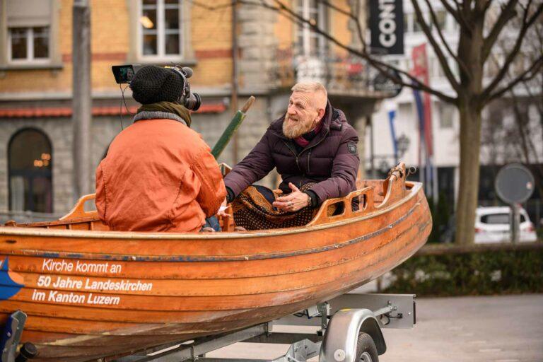 Während der Dreharbeiten zum Kurzfilm über die kirchliche Gassenarbeit am 21. Januar im Vögeligärtli in Luzern. Regisseurin Antonia Meile mit Gassen-Seelsorger Franz Zemp. | © 2020 Roberto Conciatori