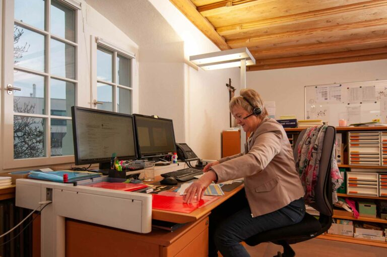 Eine der Managerinnen im Pfarrhaus: Die Hochdorfer Pfarreisekretärin Emerita Lötscher. | © 2020 Thomas Stucki