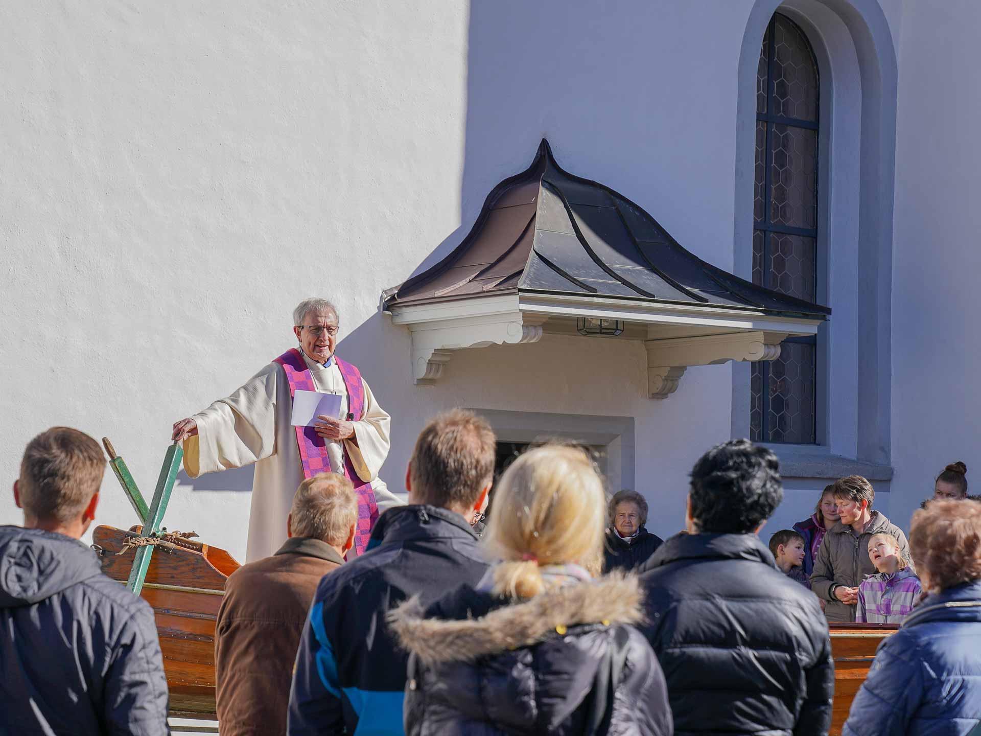 Für seine Predigt wechselte Wallfahrtspriester Kobi Zemp vom Kirchenraum ins Jubiläumsboot der Landeskirchen. | © 2020 Sven Duss