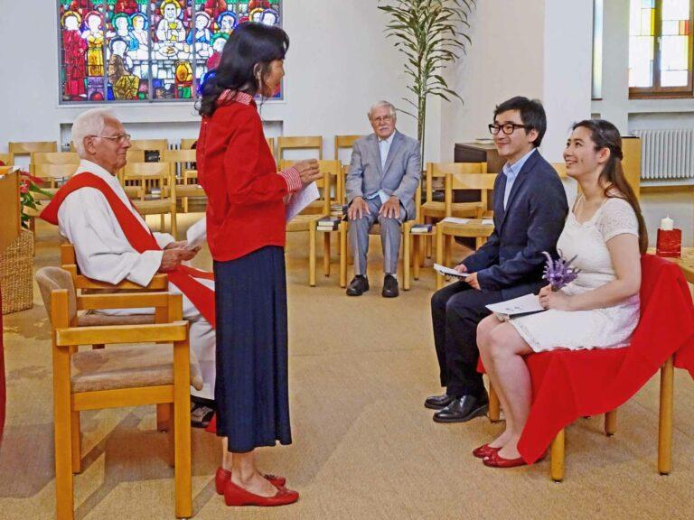 Rita Chen führt in der Kapelle der Bethlehem-Missionare Immensee ein Brautpaar durch den Ritus der Eheschliessung. | © Laurenz Schelbert SMB