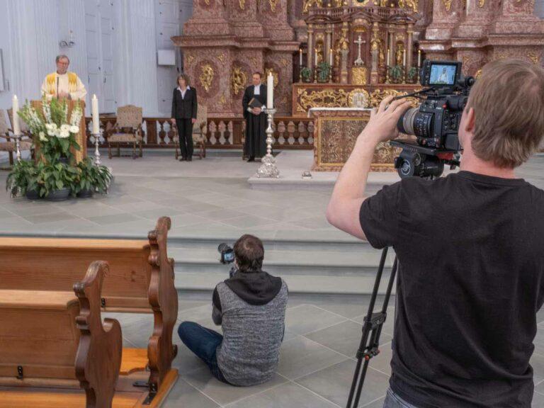Beim Dreh zum Ostergottesdienst am 7. April in der Jesuitenkirche in Luzern; am Ambo Hansruedi Kleiber, neben ihm Sylvie von Arx Schmid und Hans Weber. | © 2020 Dominik Thali