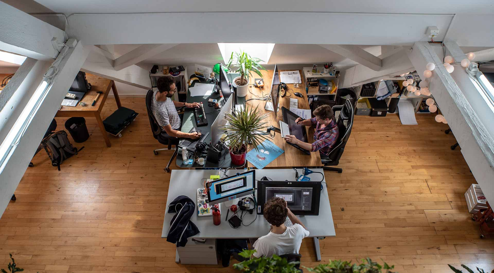 Beni Morard (rechts im Bild) mit zwei seiner Kollektiv-Kollegen bei der Arbeit im Zürcher Büro. | © 2020 Team Tumult