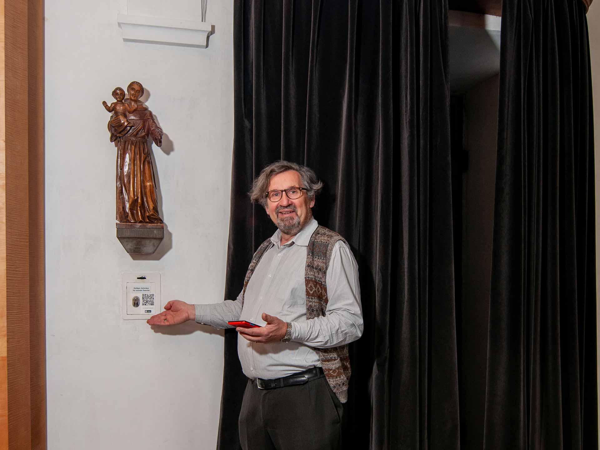 In der Peterskapelle kann mit Twint gespendet werden. Florian Flohr, Leiter der Citypastoral Luzern, zeigt den QR-Code bei der Antoniusstatue. | © 2020 Thomas Stucki