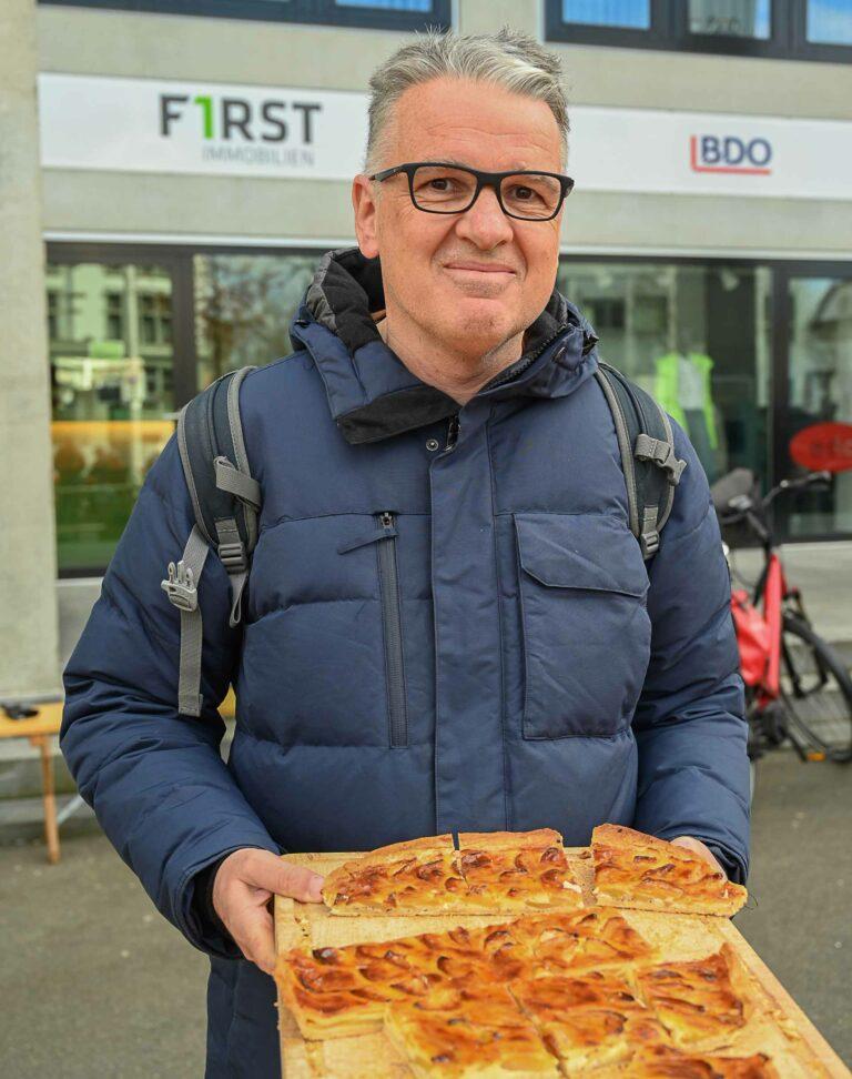 Journalist Marco Kauffmann an einem der Fastensuppen-Freitage in Sursee, an dem er Wähe verschenkte. | © 2020 Werner Mathis